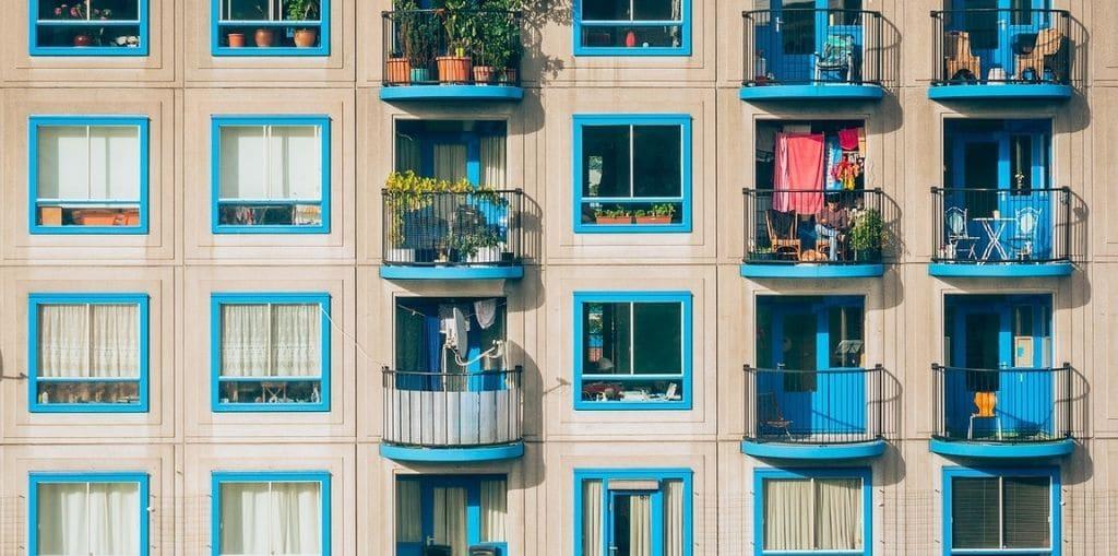 Obraz przedstawiający, jak wygląda mieszkanie komunalne.