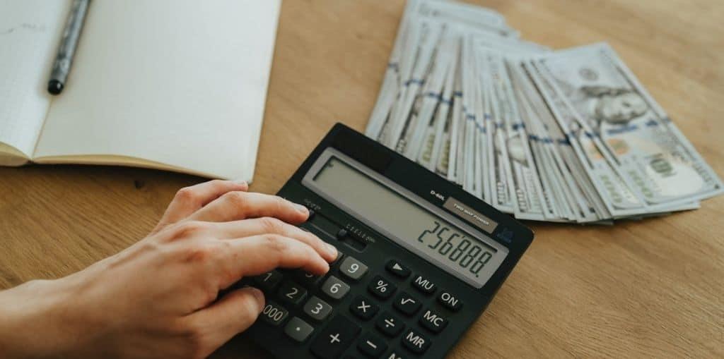Obraz przedstawiający, jak wygląda piramida finansowa.